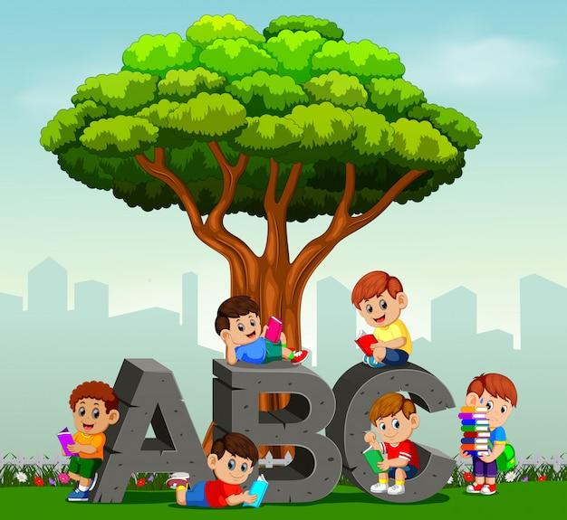 Kinder, die bücher im park lesen