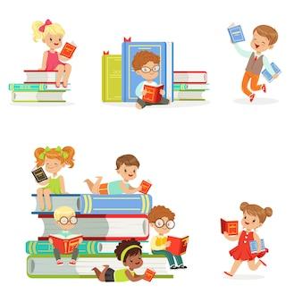 Kinder, die bücher lesen und literatur genießen satz von niedlichen jungen und mädchen, die gerne lesen, sitzen und liegen, umgeben von stapel von büchern.