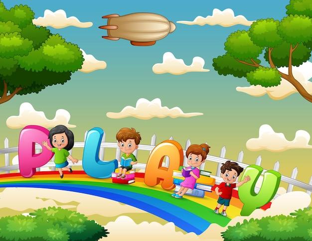 Kinder, die den buchstaben play auf dem regenbogen halten