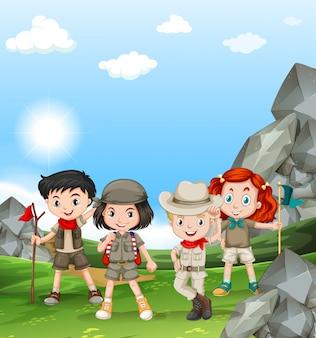 Kinder, die draußen auf dem feld kampieren