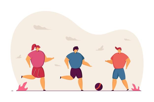 Kinder, die draußen zusammen ballspiel spielen karikaturkinder, die ball, flache vektorillustration des fußballs treten. outdoor-aktivität, sport, freizeitkonzept für banner, website-design oder landing-webseite
