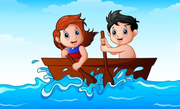 Kinder, die ein boot im ozean rudern