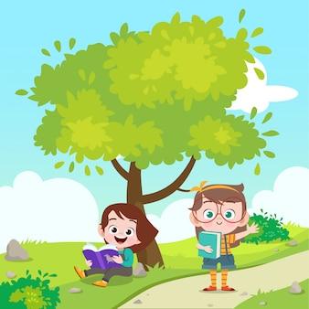 Kinder, die ein buch die parkvektorillustration lesen