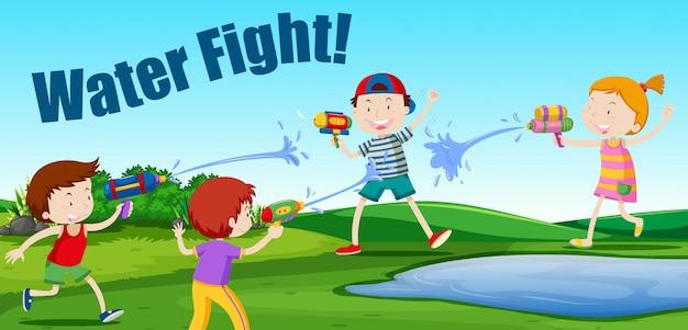 Kinder, die einen wasserkampf haben