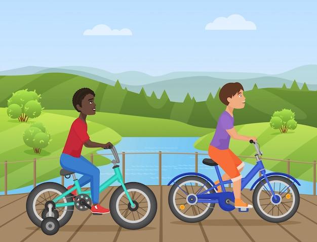 Kinder, die fahrräder im park reiten