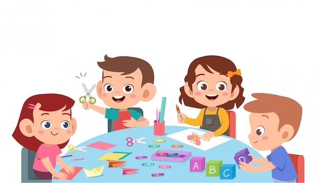 Kinder, die farbpapier mit einer schere schneiden