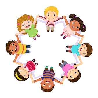 Kinder, die hände im kreis halten