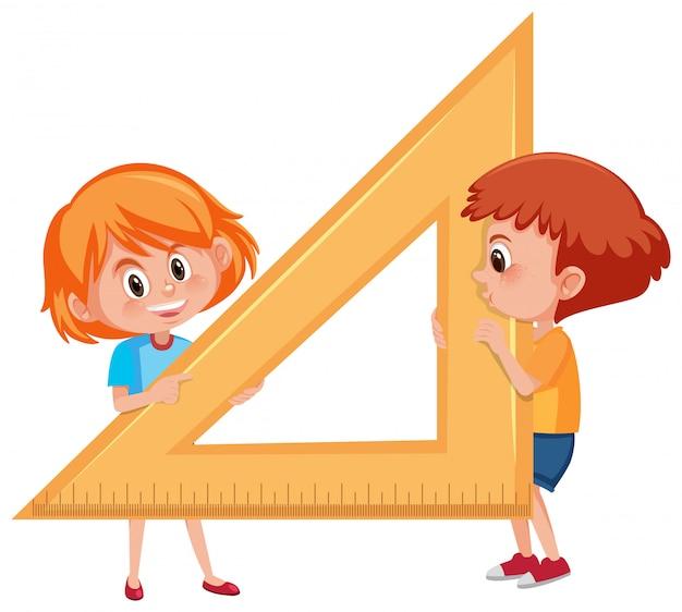 Kinder, die hölzernen dreieckwinkelmesser halten