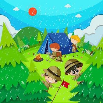 Kinder, die im park am regnerischen tag kampieren