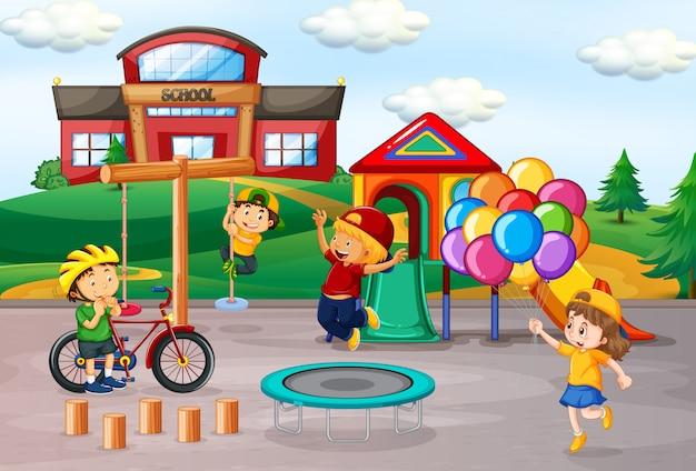 Kinder, die in der schule spielplatz spielen
