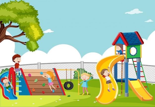 Kinder, die in der spielplatzszene spielen