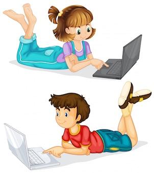 Kinder, die laptop auf weißem hintergrund verwenden