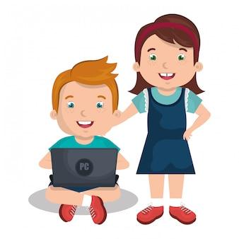 Kinder, die mit laptop aufeinander einwirken