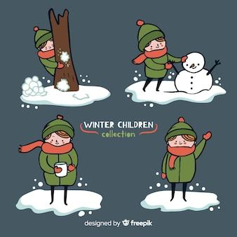 Kinder, die mit schneesammlung spielen