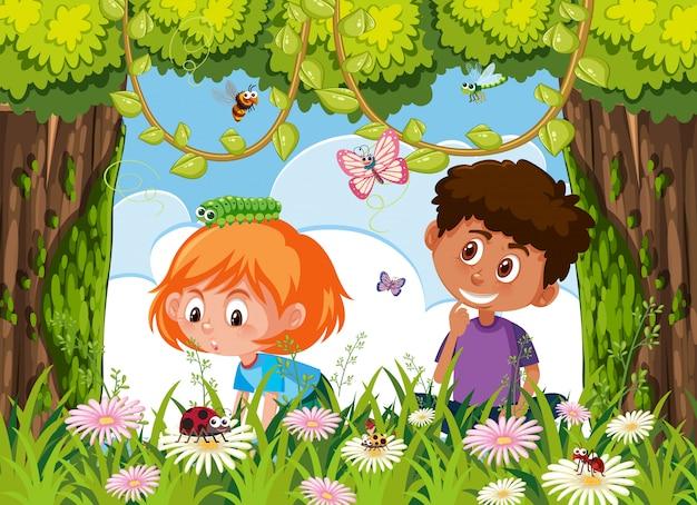 Kinder, die nach insekt in der natur suchen