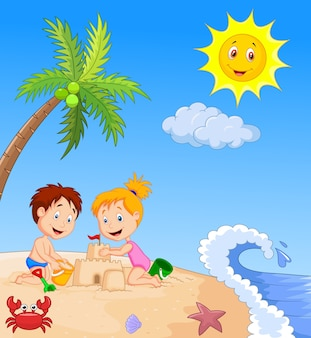Kinder, die sandburg am tropischen strand machen