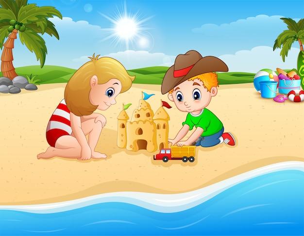 Kinder, die sandburg und lkw-spielzeug machen