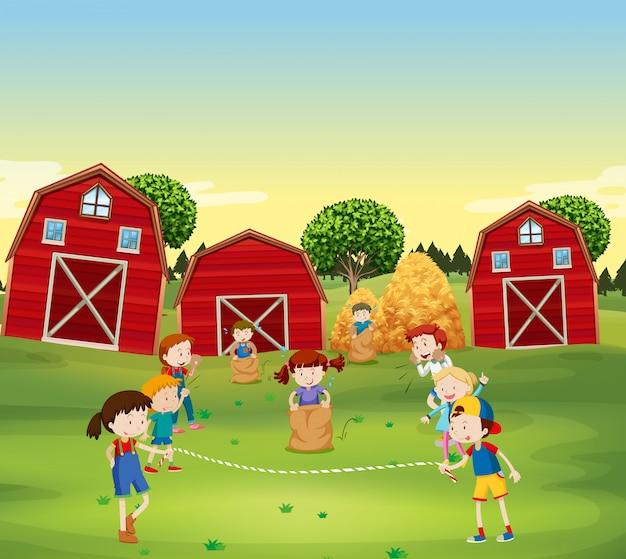 Kinder, die spiel auf dem gebiet spielen