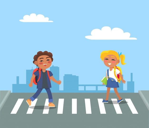 Kinder, die straße auf fußgänger in der städtischen stadt kreuzen