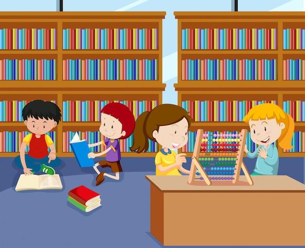 Kinder, die tätigkeiten in der bibliothek tun