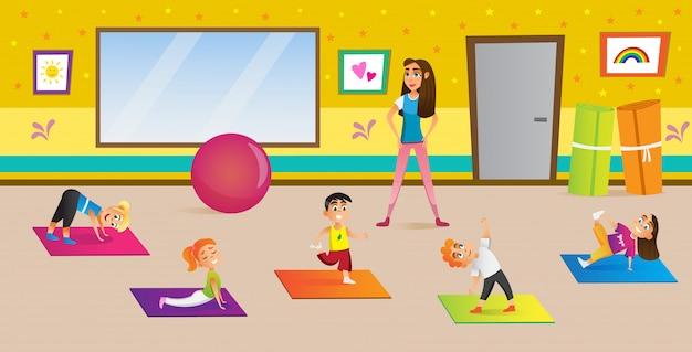 Kinder, die yoga in den verschiedenen haltungen mit lehrer haben.