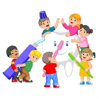Kinder, die zahnpasta halten