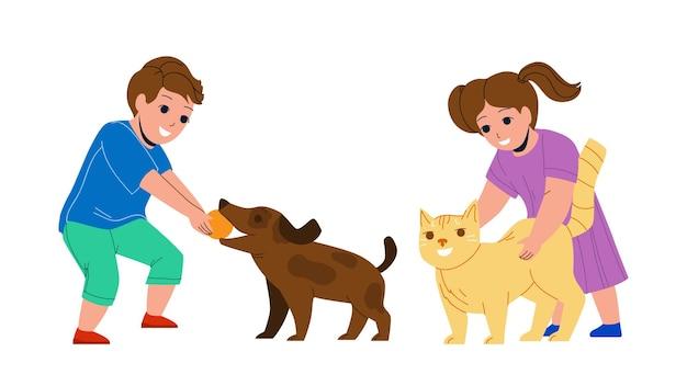 Kinder, die zusammen mit haustieren im park-vektor spielen. kleiner junge spielt mit hund und ball, mädchen streichelt katzen-haustiere. charaktere, bruder und schwester, die mit haustieren flache karikaturillustration genießen