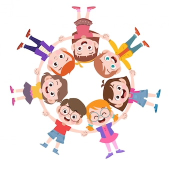 Kinder, die zusammen spielen, bilden einen kreis