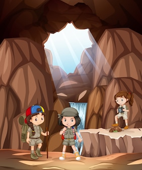 Kinder erkunden die höhle