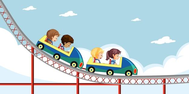 Kinder fahren achterbahn am himmel