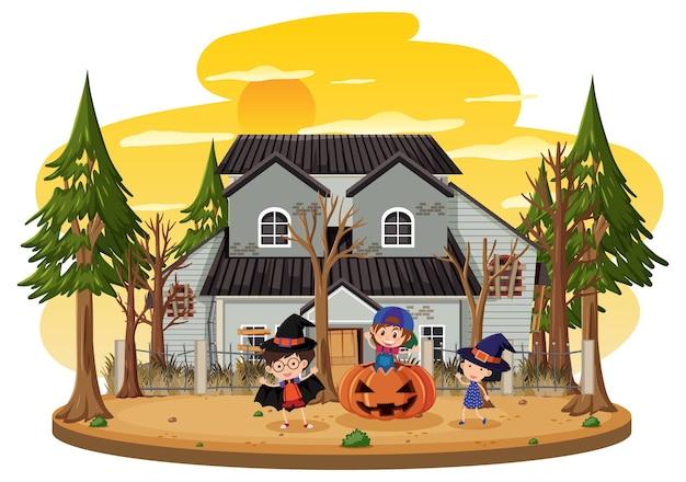 Kinder feiern halloween vor altem haus