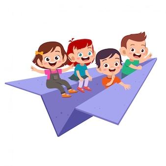 Kinder fliegen papierflugzeug isoliert