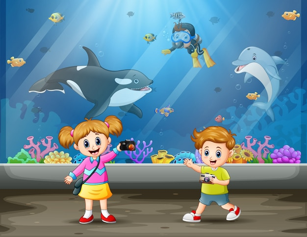 Kinder fotografieren im aquarium