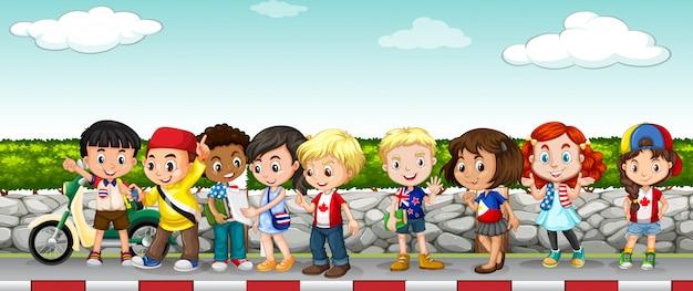 Kinder hängen auf dem bürgersteig