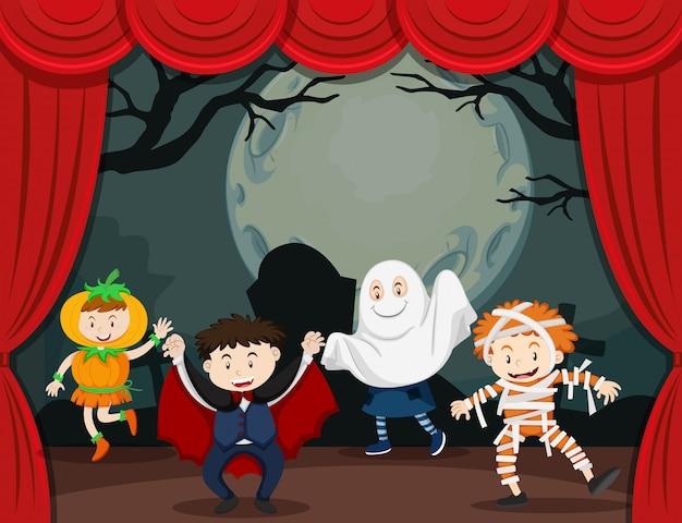 Kinder im halloween-kostüm auf der bühne