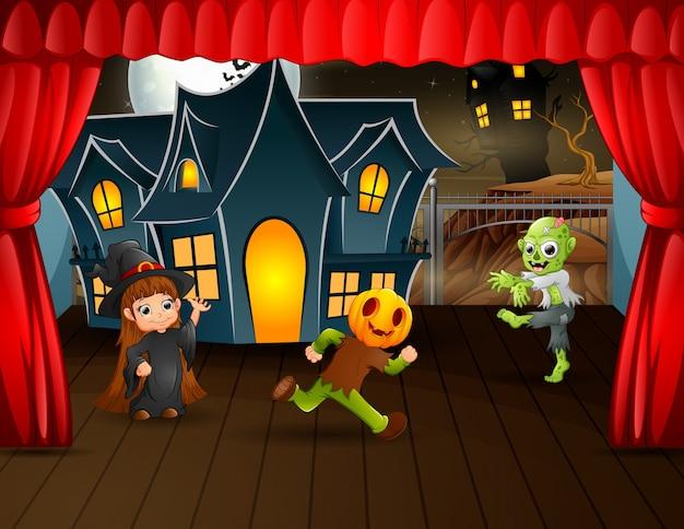 Kinder in halloween-kostümleistung auf der bühne