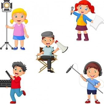 Kinder in verschiedenen theaterrollen von regisseur zu schauspieler, oberbeleuchter zu boom-operator