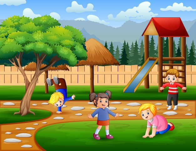 Kinder machen aktivitäten auf dem spielplatz