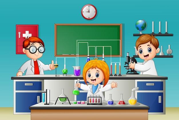 Kinder machen experiment im labor