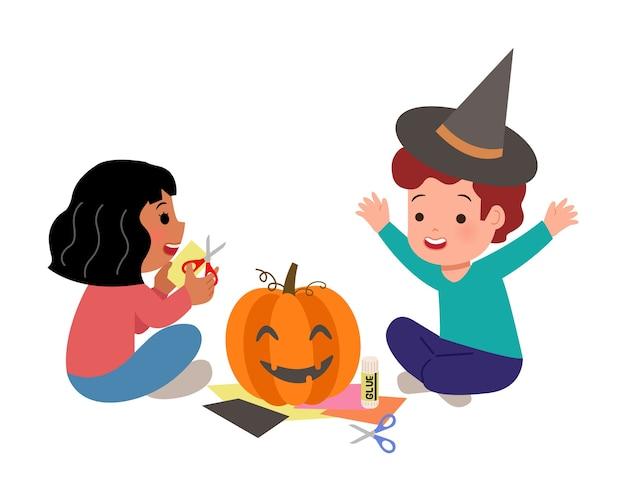 Kinder machen handwerk aus papier und kleber für halloween-party. kindergartenjunge und -mädchen, die kürbis für schulkunst-hausaufgaben verzieren. hintergrund.
