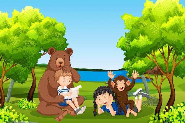 Kinder mit freundlichen tieren im wald