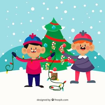Kinder schmücken einen weihnachtsbaum
