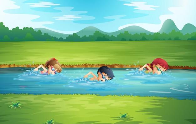 Kinder schwimmen im fluss