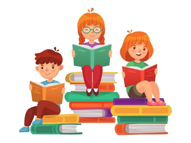 Kinder sitzen auf bücherstapeln und lesen literatur