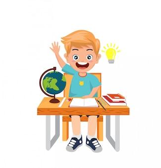 Kinder sitzen auf stuhl lernbuch schule