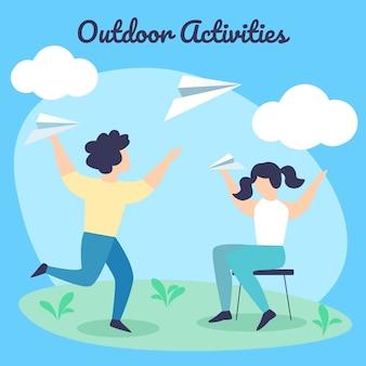 Kinder sommer outdoor-aktivitäten. glücklicher junge und mädchen werfen papierflugzeuge auf sommerzeit