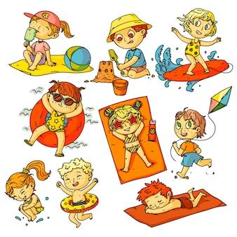 Kinder sommerferien. strandaktivitäten für kinder eingestellt. glückliche kinderleute, die im ozean schwimmen, sonnenbaden, surfen, sandburg bauen, drachenflugsammlung bauen. sommerferienaktivitäten im kindesalter