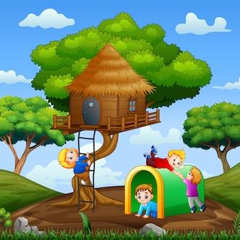 Kinder spielen am baumhaus im park