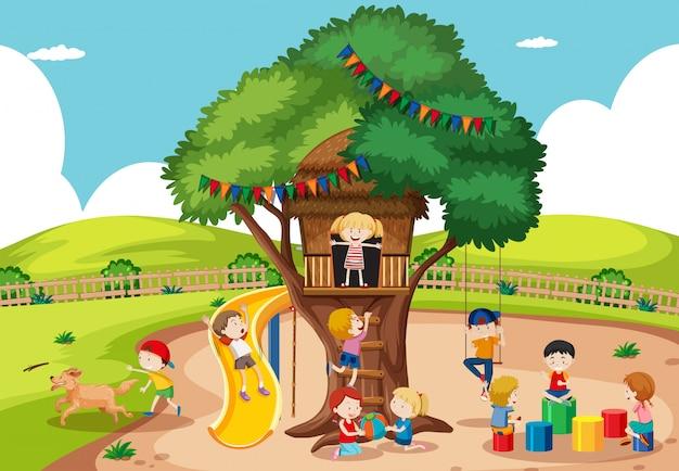 Kinder spielen am baumhaus