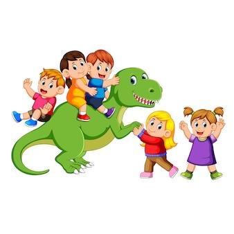 Kinder spielen am körper des tyrannosaurus rex und halten seine hand